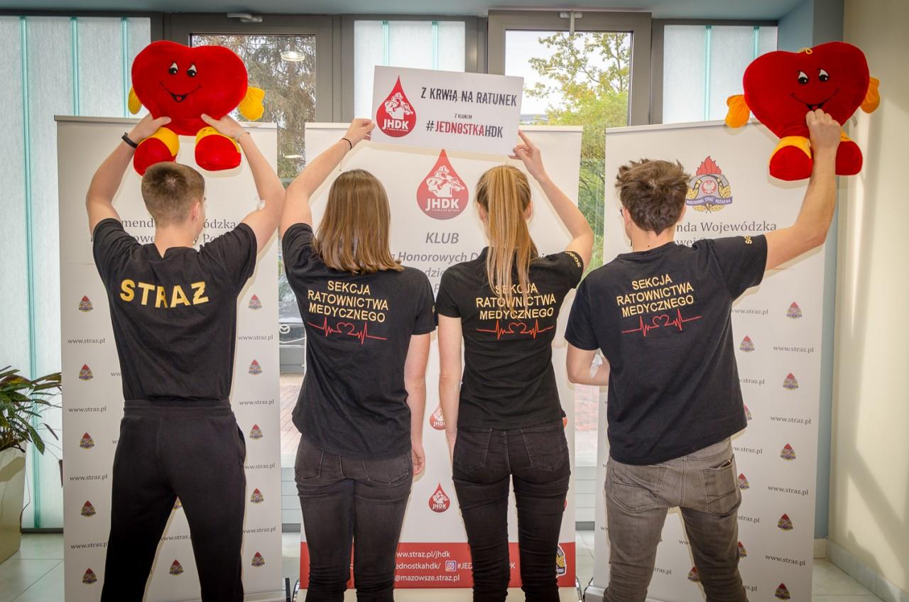 """Do punktu poboru w """"krwiobusie"""" zgłosiło się 50 osób, a zakwalifikowano 38 (fot. straz.pl)"""