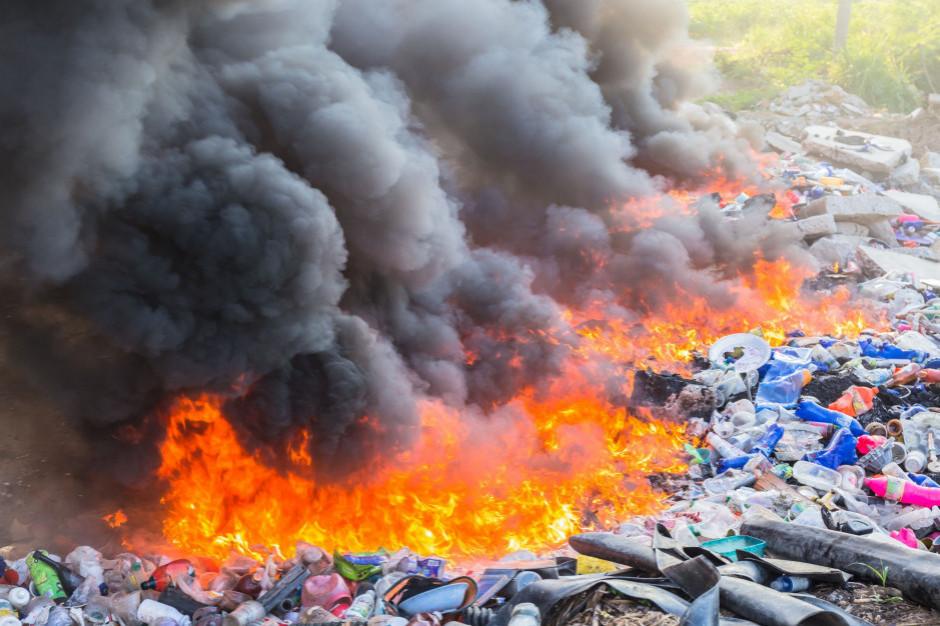Dwaj nastolatkowie zatrzymani w sprawie spowodowania pożaru składowiska w Bytomiu
