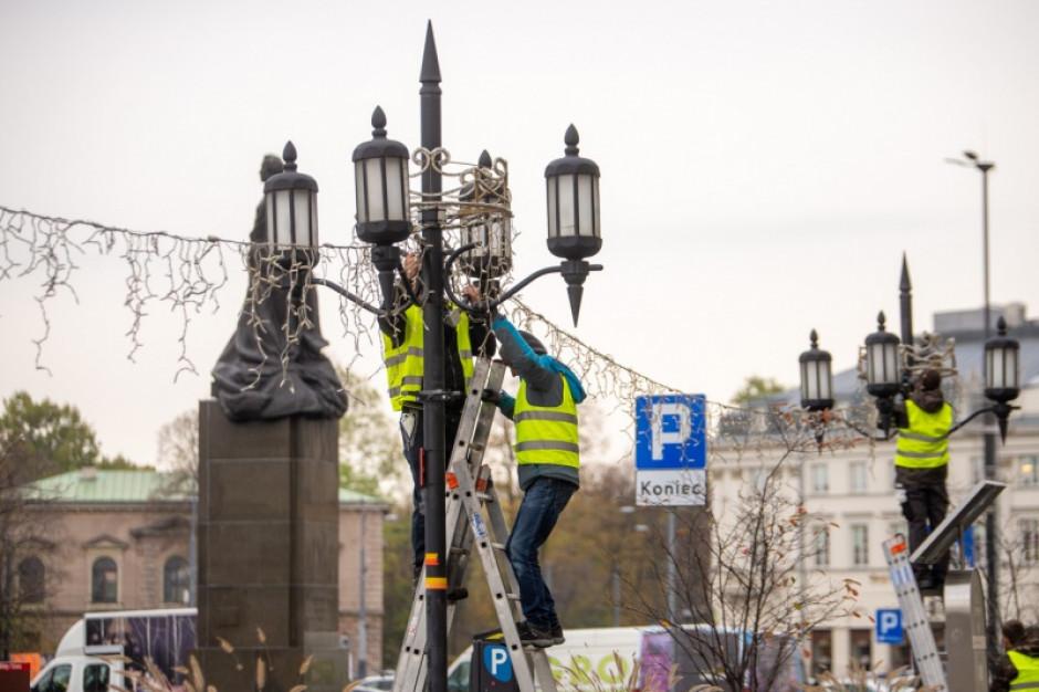 W Warszawie rozpoczął się montaż iluminacji świątecznej