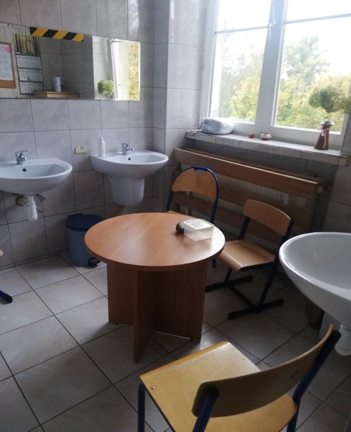 Pokój socjalny oraz toaleta dla personelu i dzieci na wózkach inwalidzkich znajdują się w łazience po byłym internacie ośrodka nr 10 na drugim piętrze (fot. Rada Rodziców SOSW nr 1)
