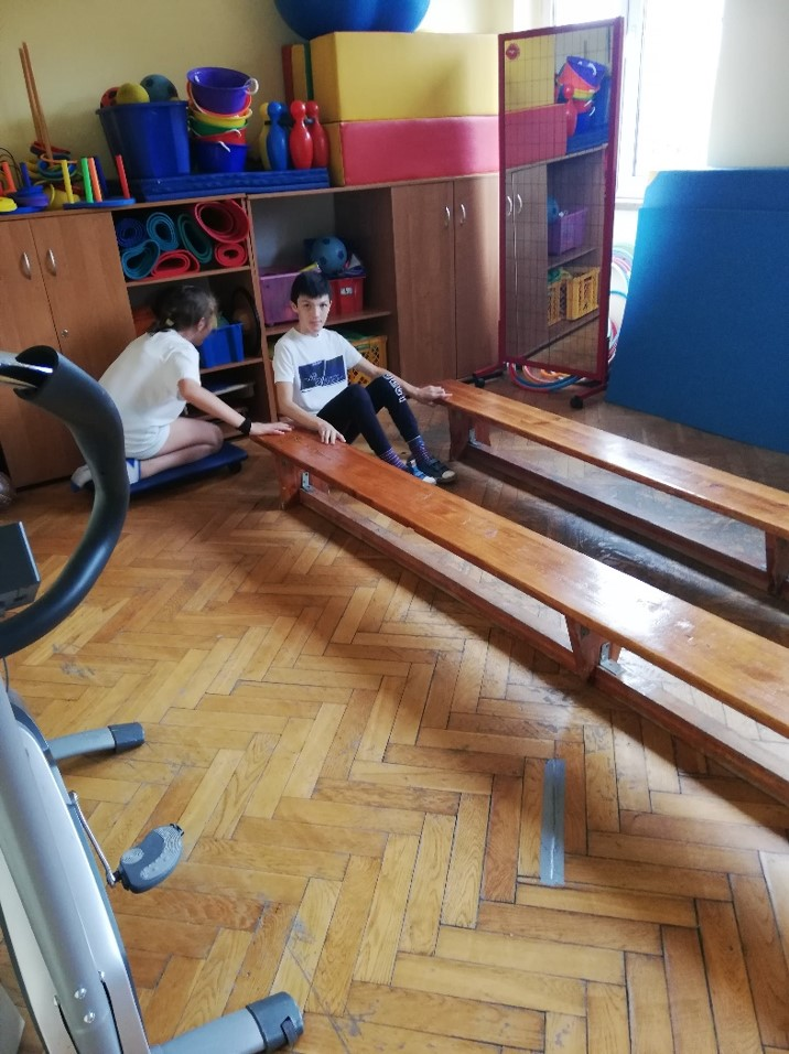 Sala do gimnastyki korekcyjnej o wymiarach ok. 4 m2 na 7 m2. Bardzo mało miejsca dla dzieci - podkreślają rodzice (fot. Rada Rodziców SOSW nr 1)