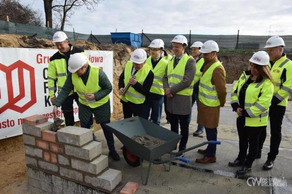 """Ostrów Wielkopolski: Dwa nowe bloki """"dla systematycznych"""" już w budowie. Powstaną w kolejnych miastach?"""