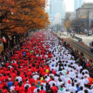 """Także w Warszawie odbędzie się 31. Bieg Niepodległości. W ostatnim wydarzeniu z cyklu Warszawskiej Triady """"Zabiegaj o pamięć"""" weźmie udział aż 22 tysiące uczestników. 11 listopada, równo o godz. 11.11, uczestnicy wyruszą na 10-kilometrową trasę. Zawodnicy założą białe i czerwone koszulki, dzięki czemu ustawiając się na starcie w dwóch kolumnach stworzą najdłuższą narodową flagę (fot. mat. prasowe)"""