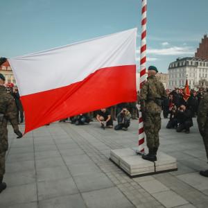 Najważniejszym elementem wrocławskich obchodów 11 listopada jest Radosna Parada Niepodległości. Parada wystartuje o godz. 10 z placu przy Centrum Historii Zajezdnia, by zakończyć swój marsz na pl. Wolności. Tam oficjalne uroczystości rozpoczną się wspólnym odśpiewaniem pieśni patriotycznych, po którym nastąpią wojskowe ceremoniały i parada formacji mundurowych. W tym roku po raz pierwszy wystartuje Wrocławski Bieg Niepodległości. Trasa biegu zostanie wytyczona w samym sercu miasta, ze startem i metą na wrocławskim Rynku. Dystans, który zawodnicy maja do pokonania, to 10 km. Początek biegu o godz. 17 (fot. UM Wrocław)