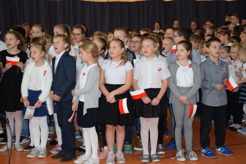 4 mln uczniów, 400 tys. nauczycieli, premier i szef MEN wspólnie zaśpiewają hymn narodowy
