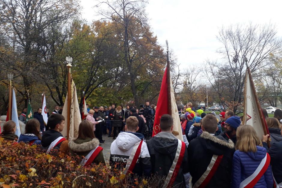 Uroczystość przed głazem ku czci nauczycieli kultywujących polskość pod zaborami