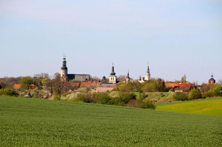 Były burmistrz Głogówka oskarżony o sprzedaż działki kościołowi