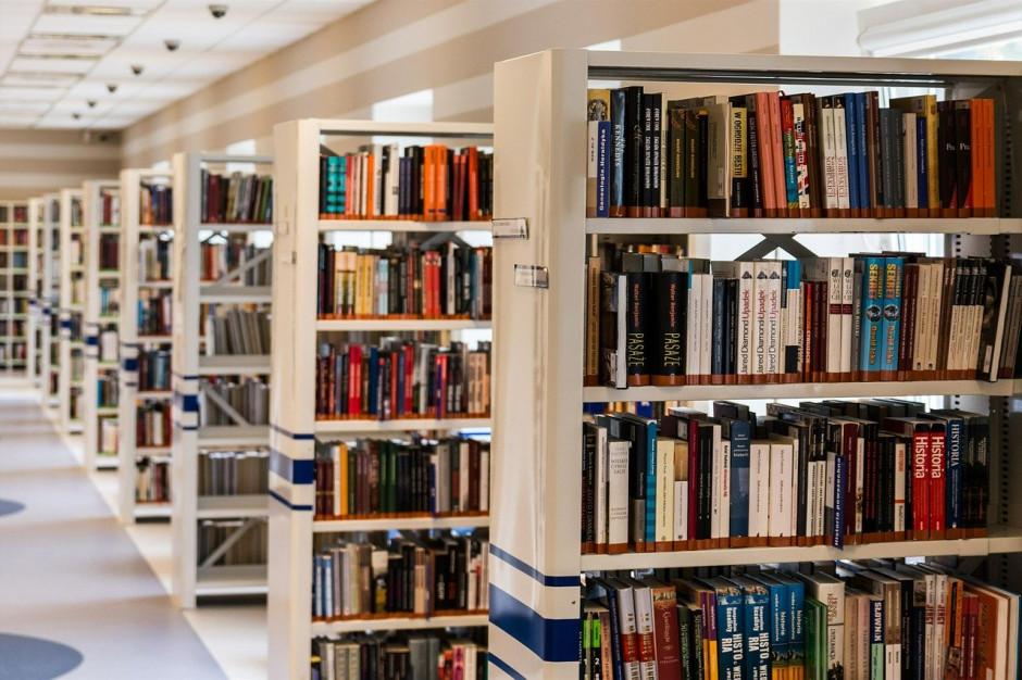 Dyrektorka miejskiej biblioteki z ponad tysiącem zarzutów