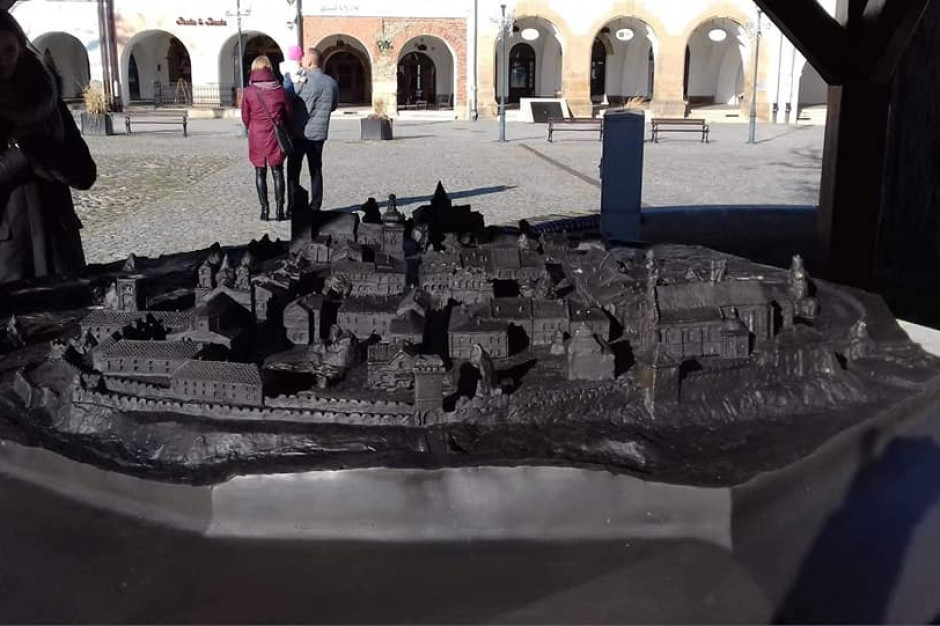 Krosno: makieta z brązu pokazuje miasto sprzed ponad 400 lat