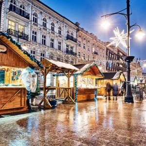 Łódź    Oficjalne otwarcie Jarmarku Bożonarodzeniowego w Łodzi nastąpi 1 grudnia o godz. 18. Zaplanowano wtedy odpalenie iluminacji – przy pomniku jednorożca, świąteczny korowód z orkiestrą, koncert i konkursy.   Podobnie jak w latach ubiegłych, świąteczne zakupy będzie można zrobić na Piotrkowskiej i w okolicach pasażu Schillera.   W tym czasie Piotrkowska zapełni się zapachem wigilijnych potraw i aromatem grzanego wina. Nie zabraknie też koncertów, występów artystycznych i warsztatów kulinarnych. Na stoiskach pojawią się tradycyjne wyroby świąteczne oraz stoiska oferujące delikatesy. Pojawią się wyroby rękodzielnicze i artystyczne, akcesoria świąteczne i kulinaria. W drewnianych domkach handlowych sprzedawane będą między innymi: grillowane mięsa od lokalnych dostawców, staropolski bigos, zupy w chlebie, frytki belgijskie, pierogi oraz mule i kalmary. Znajdziemy też ciasta, gofry, wykwintne eklerki, a także gorącą czekoladę i watę cukrową dla najmłodszych. 16-metrowa wieża z karuzelą łańcuchową, domek Świętego Mikołaja, pokaz rzeźbienia w lodzie, tworzenie gwiazdkowych prezentów, bajkowe postaci – to tylko część tegorocznych dodatkowych atrakcji łódzkiego jarmarku, który potrwa do 23 grudnia.   fot.lodz.uml.pl