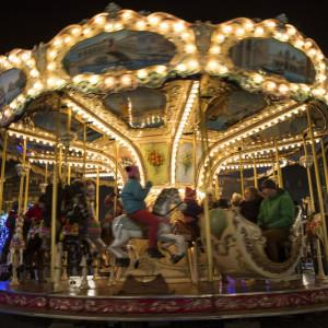 Gdańsk    24. już edycja Jarmarku Bożonarodzeniowego w Gdańsku rozpoczęła się 23 listopada.   W tym roku na gdańskim jarmarku do odwiedzenia są 52 stoiska gastronomiczne i ponad 40 kramów z rzemiosłem i ozdobami.   Atmosferę Jarmarku Bożonarodzeniowego tworzy przede wszystkim oryginalna scenografia. Na Targu Węglowym wytyczone są świąteczne uliczki, np. Czekoladowa, Cynamonowa, Anielska czy Wigilijna. Odwiedzających Jarmark powita Łoś Lucek, który przemawia ludzkim głosem, z Anielskiego Młyna spoglądać będą Trzej Królowie, anioły i święci. Nie zabraknie również elfów, Królowej Śniegu ze swoją świtą i rozśpiewanych kolędników, a także bajkowej karuzeli i zakątka pod jemiołą dla zakochanych. Serce jarmarku tworzy tzw. Plac Dobrych Życzeń, wokół którego rozstawione zostały świątecznie udekorowane domki pełne smakołyków z różnych stron świata.   Nowością jest wielka brama w kształcie adwentowego świecznika, która jest też punktem widokowym. Postawiono wielki kalendarz adwentowy. Codzienne od 1 do 24 grudnia o godz. 17 odsłaniane będzie tam kolejne okienko z udziałem miejskiego klucznika. Na Jarmarku po raz pierwszy pojawiły się też... symulator lotu czy wielka kula śnieżna. Jarmark potrwa do 1 stycznia.   fot.gdansk.pl