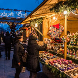 Warszawa    Warszawiacy i turyści w stolicy nie mogą narzekać na brak świątecznej atmosfery. Od 22 listopada 2019 do 6 stycznia 2020 trwa Jarmark Bożonarodzeniowy przy Barbakanie na Starym Mieście.   Można tam kupić dekoracje świąteczne, ręcznie malowane bombki, ubrania, zabawki dla dzieci, a także wypić gorącą czekoladę lub grzane wino oraz zjeść staropolskie potrawy i dania z grilla. Jarmark Bożonarodzeniowy czynny jest w godz. 11-20 (a w piątki i w soboty do godz. 21.30).   Dodajmy, że 1 grudnia rozpocznie się Targ Świąteczny w Pałacu Kultury i Nauki (godz. 12-19). Organizatorzy zapewniają świąteczną atmosferę, mnóstwo inspiracji prezentowych, grzaniec, dobre jedzenie, bezpłatne warsztaty świąteczne dla najmłodszych.   fot.:twitter.com/warszawa