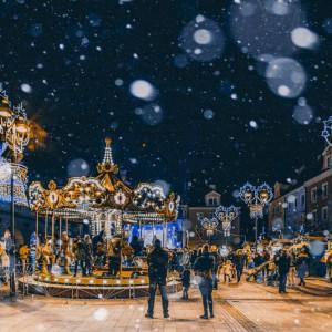 Gliwice    Na Rynku między 22 listopada a 22 grudnia można kupić prezenty, skosztować świątecznych smakołyków, spotkać świętego Mikołaja i Minionki, a nawet przejechać się niesamowitą wiedeńską karuzelą.   W drewnianych, klimatycznych domkach można kupić rękodzieło, świąteczne ozdoby i biżuterię. Warto wpaść na rekonesans – w dni robocze między godz. 12.00 a 18.00, a w soboty i niedziele w godz. 12.00 do 19.00. W bajkowo przystrojonym sercu rynku będzie można skosztować pachnących pierników, gorących oscypków i korzennego wina.   Od 6 grudnia do końca imprezy będzie także okazja, by przejechać się na niesamowitej karuzeli wiedeńskiej, ozdobionej w stylu retro. Nie zabraknie tradycyjnej bożonarodzeniowej stajenki, a w specjalnym, interaktywnym domku będą rozbrzmiewać anielskie śpiewy. Wyjątkową tegoroczną atrakcją będzie pięknie oświetlona, świąteczna piramida.   fot. K. Szymik (UM Gliwice)