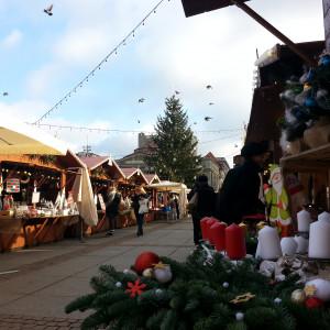 Katowice     Także od 22 listopada świątecznym jarmarkiem na rynku mogą się cieszyć katowiczanie. Jarmarkowe stoiska będą czynne od poniedziałku do czwartku w godzinach od 10.00 do 20.00 i od piątku do niedzieli od 10.00 do 21.00. Jarmark świąteczny potrwa tradycyjnie do 23 grudnia.   Pojawi się sporo nowości, ale będą również pozycje obowiązkowe na przedświątecznej liście zakupów. Na jarmarkowych stoiskach znajdziemy przede wszystkim wyroby artystyczne i rękodzielnicze. Nie obejdzie się bez świątecznych pyszności – słodyczy, kaw, nalewek, soków, miodów. Są też tradycyjne polskie wędliny oraz wędliny litewskie i węgierskie. Nie zabrakło także szerokiego wyboru serów z Polski, Słowacji i Holandii.   Dla strudzonych przedświątecznymi zakupami lub chcących spędzić miło czas z rodziną i przyjaciółmi przygotowano strefę gastronomiczną. Ponadto organizatorzy zapowiadają szereg wydarzeń towarzyszących, wśród których znajdą się koncerty, Turniej Rodzinny, Parada Mikołajkowa, spektakle teatralne, imprezy na sąsiadującym z Jarmarkiem lodowisku, spotkanie z Mikołajem, spontaniczne kolędowanie. Tradycyjnie będzie też wiele atrakcji dla dzieci: Szopka Bożonarodzeniowa, domek św. Mikołaja, baśniowy pociąg i kraina bajek.   Mieszkańcy Katowic i okolic mają jeszcze jeden powód do świątecznej radości – Jarmark w Nikiszowcu. 6-8 grudnia w zabytkowej dzielnicy na gości czekać będzie ponad 200 wystawców z całej Polski.   fot.AW