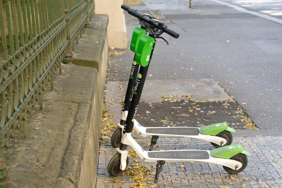 Hulajnogi należy parkować tak, by nie zagrażały bezpieczeństwu innych użytkowników ruchu (fot. Pixabay)