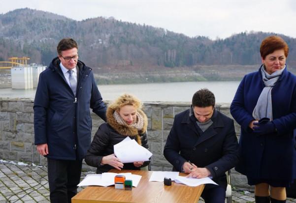 Podpisanie umowy między PGW WP i gminą Stryszów (fot. wodypolskie.pl)
