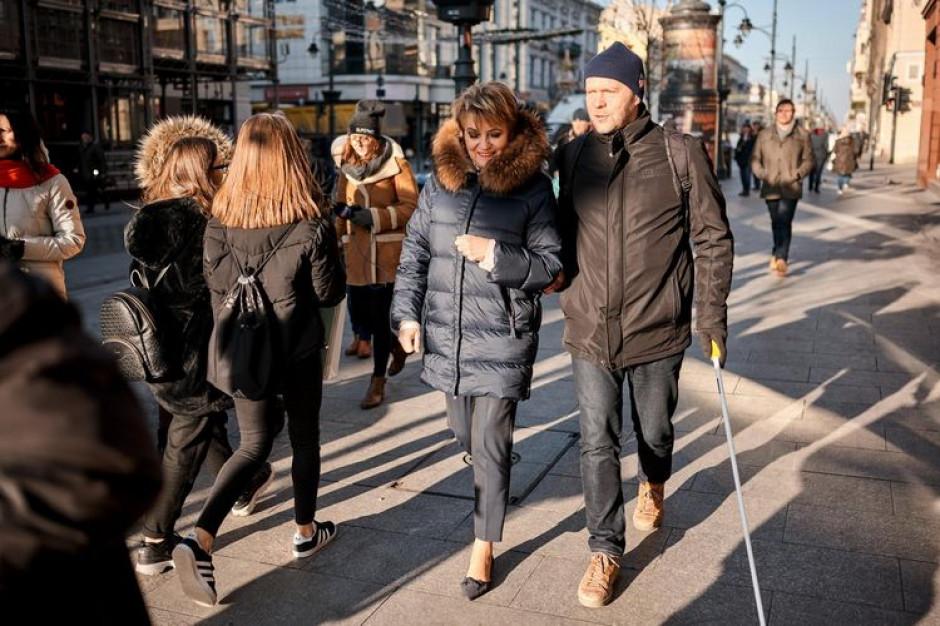 Na Piotrkowskiej  w Łodzi zamontowano urządzenia ułatwiające poruszanie się niewidomym