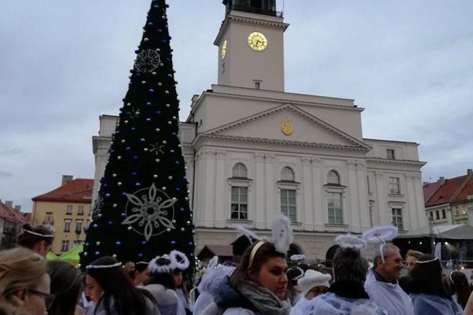 """585 aniołów na charytatywnej """"Wigilii na kaliskim rynku"""" pobiło rekord Polski"""