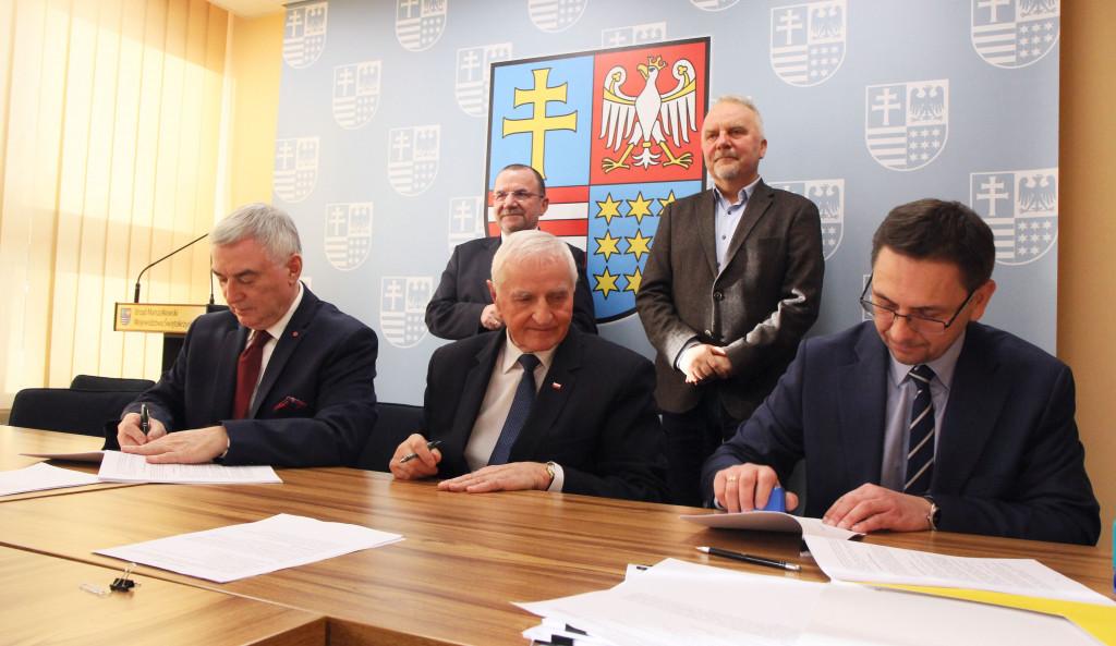 Samorządy na termomodernizację budynków i transport ekologiczny otrzymały dofinansowanie z Unii Europejskiej w wysokości ponad 49 mln zł (fot. swietokrzyskie.pro)