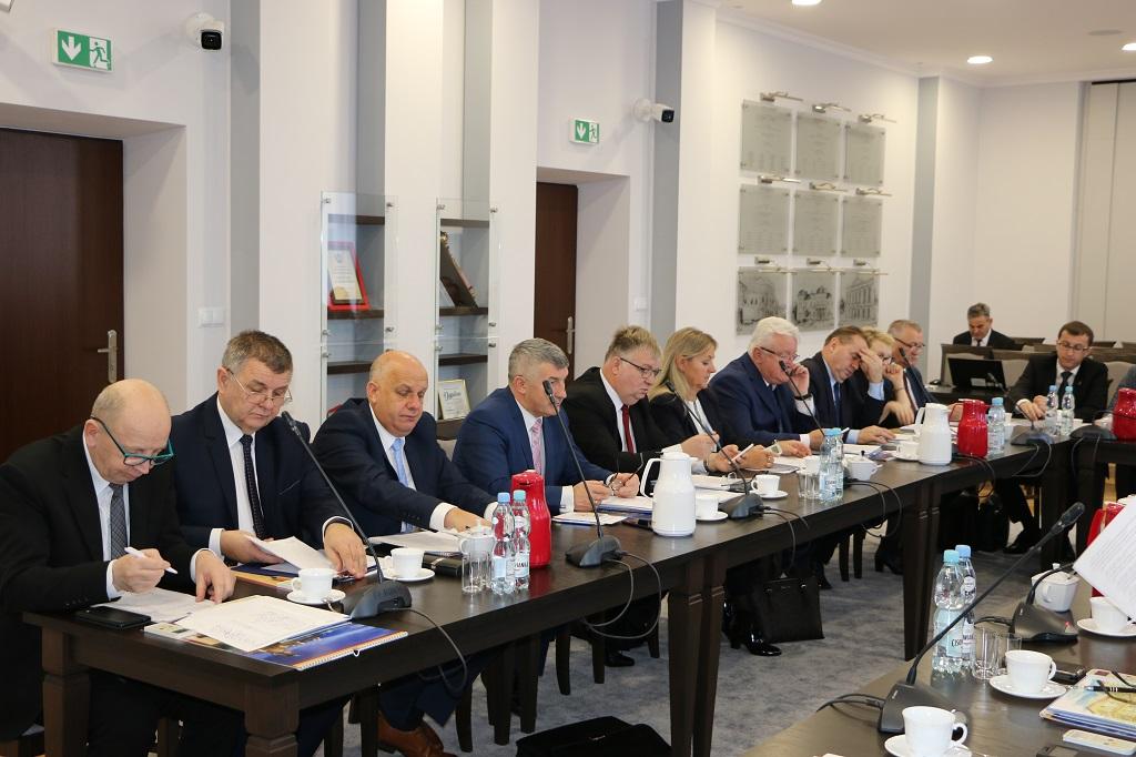 Przyszłoroczny budżet powiatu wynosi ponad 175 mln zł, a wydatki zostały zaplanowane na ponad 171 mln zł (fot. starostwo.jaroslaw.pl)
