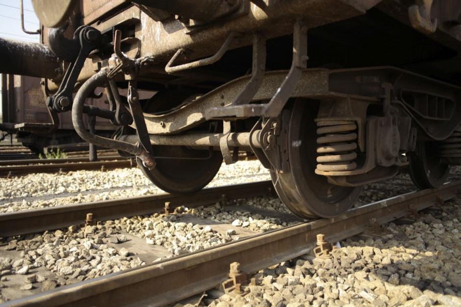 Kobieta wjechała samochodem pod pociąg towarowy. Skończyło się na mandacie