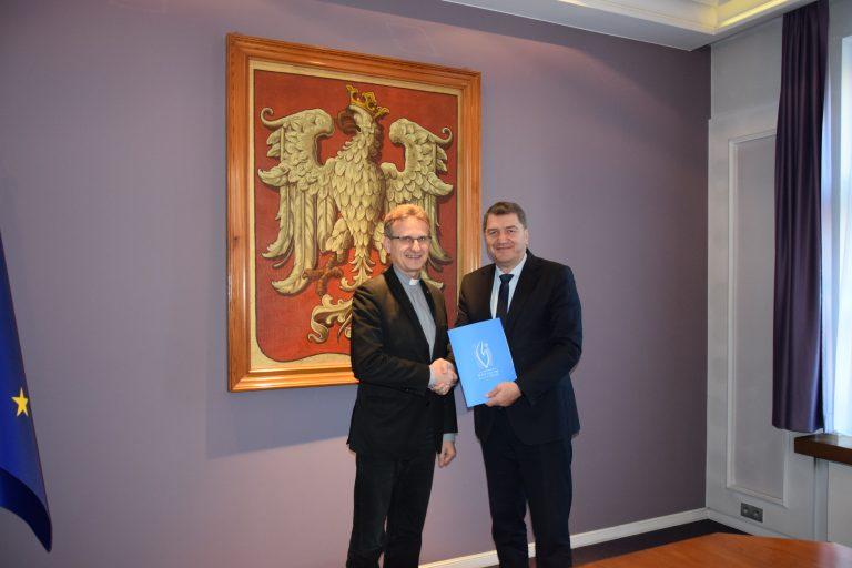 Umowę o dofinansowaniu prac konserwatorskich i budowlanych podpisali: ks. Dariusz Bartocha, dyrektor Zakładu Salezjańskiego im. ks. Bosko i prezydent Oświęcimia Janusz Chwierut.