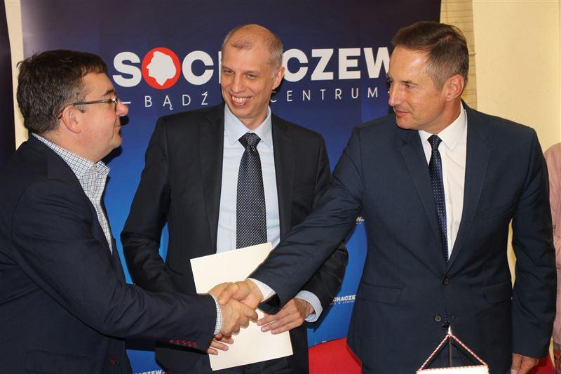 Arkadiusz Biedulski (w środku) liczy, że planowana przez na 2020 r. pilotażowa instalacja będzie przełomowa dla małych kotłowni (fot. sochaczew.pl)