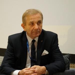 Krzysztof Iwaniuk, przewodniczący Związku Gmin Wiejskich i wójt gminy Terespol    Rok 2019 to rok pogłębiających się problemów. Podwyżki płac nauczycieli bardzo mocno odczuliśmy. Nowe regulacje odnośnie utrzymania porządku i czystości w gminach są szczegółowe tak w 85 procentach. Z tym również wiązały się konieczne podwyżki. Zmniejszenie dochodów w podatku PIT po raz pierwszy miało miejsce w trakcie roku budżetowego.  W wielu obszarach wystąpiła susza . Różne czynniki w różnych gminach były odczuwalne, bo nawet w obrębie środowisk wiejskich gminy są bardzo zróżnicowane, ale generalnie był to trudny rok.   My, jako gmina Terespol na przykład, cieszymy się z kończącej się budowy zbiornika małej retencji, która znalazła się w gronie najlepszych inwestycji Polskich wschodniej. Ktoś inny cieszy się z nowego kawałka drogi, bo jeszcze siłą rozpędu większość gmin coś dobrego dla swoich mieszkańców robi. Natomiast rzeczy, które jednoznacznie można by uznać za sukces dla wszystkich, raczej nie było. To samo w kwestii porażki. Najbardziej martwi mnie, że ponad 1/3 samorządów ma bardzo małą nadwyżkę netto. W końcu jakoś poskładaliśmy te budżety, ale w naszym powiecie dwie gminy mają nadwyżki planowane na poziomie 50 tys., czyli można powiedzieć, że już jej w ogóle nie mają.   Po ostatnich regulacjach niestety dysproporcje nadal się pogłębiają. Istota samorządu się zatraca, trzeba refleksji i o tym rozmawiamy z rządem. Samorząd, który będzie tylko administrował gminę, jest problemem. Oczywiście inaczej wygląda to w Kleszczewie czy Lesznowoli, a inaczej w gminie Kodeń czy warmińsko-mazurskim. Nie możemy jednej miary przyłożyć, ponieważ jest zbyt duże zróżnicowanie.   Fot. PTWP