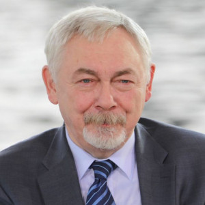 Jacek Majchrowski, prezydent Krakowa    Dla samorządu był to niewątpliwie rok wyzwań. Wprowadzone przez rząd zmiany w przepisach podatkowych, reforma edukacji, przeprowadzone w trakcie roku podwyżki wynagrodzeń nauczycieli – sprawiły, że musieliśmy zrewidować plany budżetowe na 2019 r. Z powodu reformy PIT tegoroczne wpływy podatkowe do budżetu miasta zmniejszyły się o około 60 mln zł, a dwie podwyżki pensji nauczycieli spowodowały zwiększenie wydatków na ten cel o około 78 mln zł. Mijający rok jest więc kolejnym, który pokazuje, że państwo nakłada na samorządy szereg zadań bez przekazywania wystarczających środków na realizację.   Sukcesem Krakowa i mieszkańców było zakończenie programu wymiany pieców–aż 45 tys. palenisk zniknęło do tej pory z terenu miasta. Dzięki temu idziękiwejściu 1 września w życie zakazu palenia węglem i drewnem możemy oddychać lepszym powietrzem niż do tej pory. W czasie obecnego sezonu grzewczego zauważalna jest poprawa jakości powietrza. Jednak nie poprzestajemy na tychdziałaniach. Konieczne są kolejne. Teraz za cel postawiliśmy sobie dążenie do zeroemisyjności i neutralności klimatycznej w 2030 r. Cel jest ambitny, ale będziemy robić wszystko, co w naszej mocy,aby się nam udało.   Fot. krakow.pl