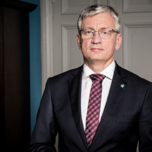 Jacek Jaśkowiak, prezydent Poznania    2019 rok był dla samorządów trudnym czasem. Musieliśmy zmierzyć się z licznymi problemami związanymi z nieprzemyślaną i nieudolną polityką rządu. Przykładem może być chociażby reforma oświaty. To na barkach samorządów spoczęły liczne konsekwencje związane z jej wprowadzeniem – począwszy od zmian organizacyjnych, a skończywszy na dużych kosztach, które zamiast z budżetu państwa zostały pokryte z kieszeni każdego mieszkańca.   W 2019 roku udało się przeprowadzić wiele przedsięwzięć ważnych z punktu widzenia miasta, ale też jakości życia mieszkańców. Były to zarówno duże inwestycje, takie jak przebudowa mostu Lecha, czy modernizacja Świętego Marcina, jak i mniejsze, ważne dla lokalnej społeczności, takie jak np. budowa krytej pływalni na osiedlu Piastowskim, remonty dróg i chodników.   Jednym z największych sukcesów jest niewątpliwie uzyskanie dofinansowania na modernizację płyty Starego Rynku. To inwestycja oczekiwana zarówno przez mieszkańców jak i turystów, ważna ze względów wizerunkowych, ale też w kontekście podejmowanych działań rewitalizacyjnych w centrum miasta. To kolejny etap tego procesu, po przebudowie Świętego Marcina i placu Kolegiackiego, który będzie gotowy już w przyszłym roku. Co dodatkowo cieszy, nasze przedsięwzięcia są impulsem dla inwestycji sektora prywatnego -na remontowanych obszarach i w ich najbliższym sąsiedztwie powstają hotele, lokale gastronomiczne i usługowe.   Fot. poznan.pl
