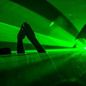 Rzeszów    Pokaz laserowy, występy muzyków, w tym Lady Pank - takie atrakcje czekają na uczestników sylwestrowej imprezy na rzeszowskim rynku. Zabawa sylwestrowa na rzeszowskim Rynku rozpocznie się o godzinie 20.30.   Imprezę rozpocznie koncert gwiazdy muzyki reggae Mesajah. Następnie na scenie pojawi się gwiazda młodego pokolenia - Adamo Rudnik. Największą gwiazdą rzeszowskiego sylwestra będzie natomiast grupa Lady Pank. Jak podkreślają organizatorzy wszyscy artyści zagrają w 100 procentach na żywo.   Tradycyjnie, kilka minut przed północą, życzenia mieszkańcom Rzeszowa złoży prezydent miasta Tadeusz Ferenc. Noworoczną imprezę uświetni również pokaz laserów. (fot. pixabay)