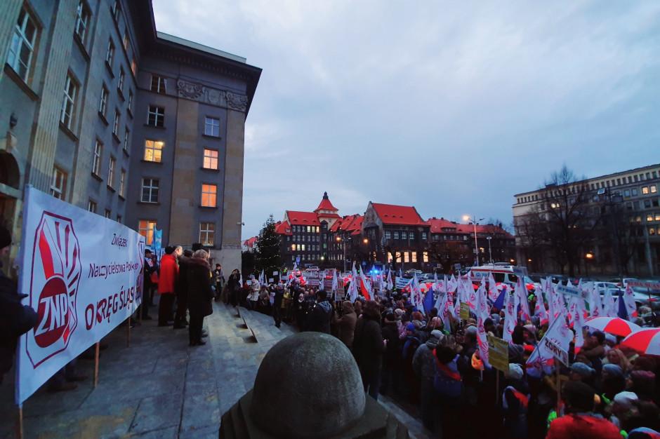 Katowice: Nauczyciele podczas pikiety domagali się wzrostu wynagrodzeń