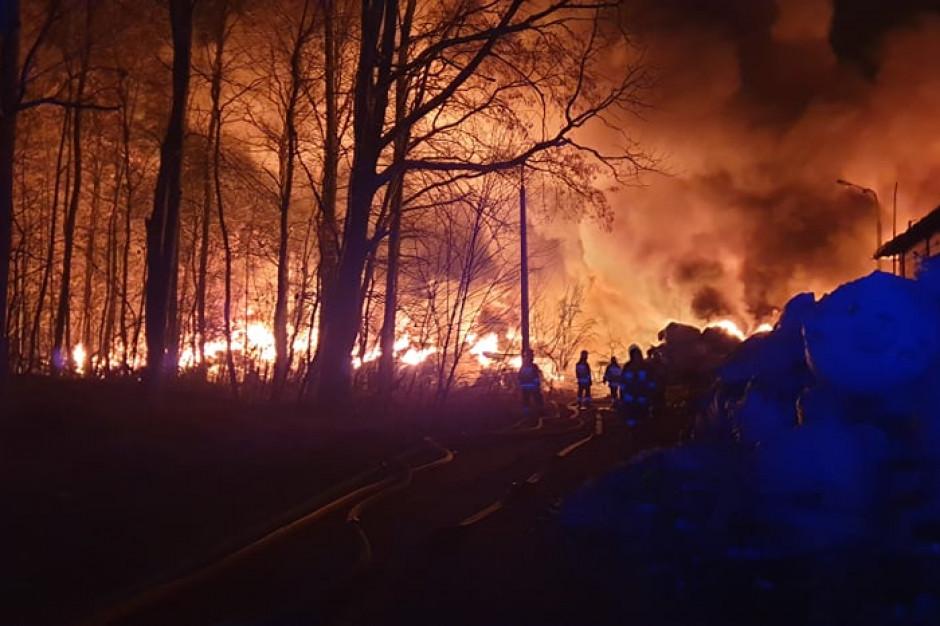 Pożar odpadów w Pionkach. Burmistrz apeluje o pozostanie w domach