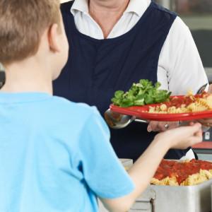 """Obiady ze szkolnej kuchni    Minister Dariusz Piontkowski zapowiedział kontynuację międzyresortowego programu """"Posiłek w szkole i w domu"""". Jego celem jest, aby tam, gdzie jest to możliwe, posiłki przygotowywano w szkołach, a nie były przywożone przez katering, który był forsowany przez ostatnie lata. MEN zajmuje się jednym z komponentów tego programu, a mianowicie modernizacją i remontami stołówek oraz jadalni szkolnych.   - Na ten program co roku przeznaczamy 40 mln zł. Obecny 5-letni program przewiduje łącznie 200 mln zł – zapowiedział minister Piontkowski.   (fot. shutterstock)"""