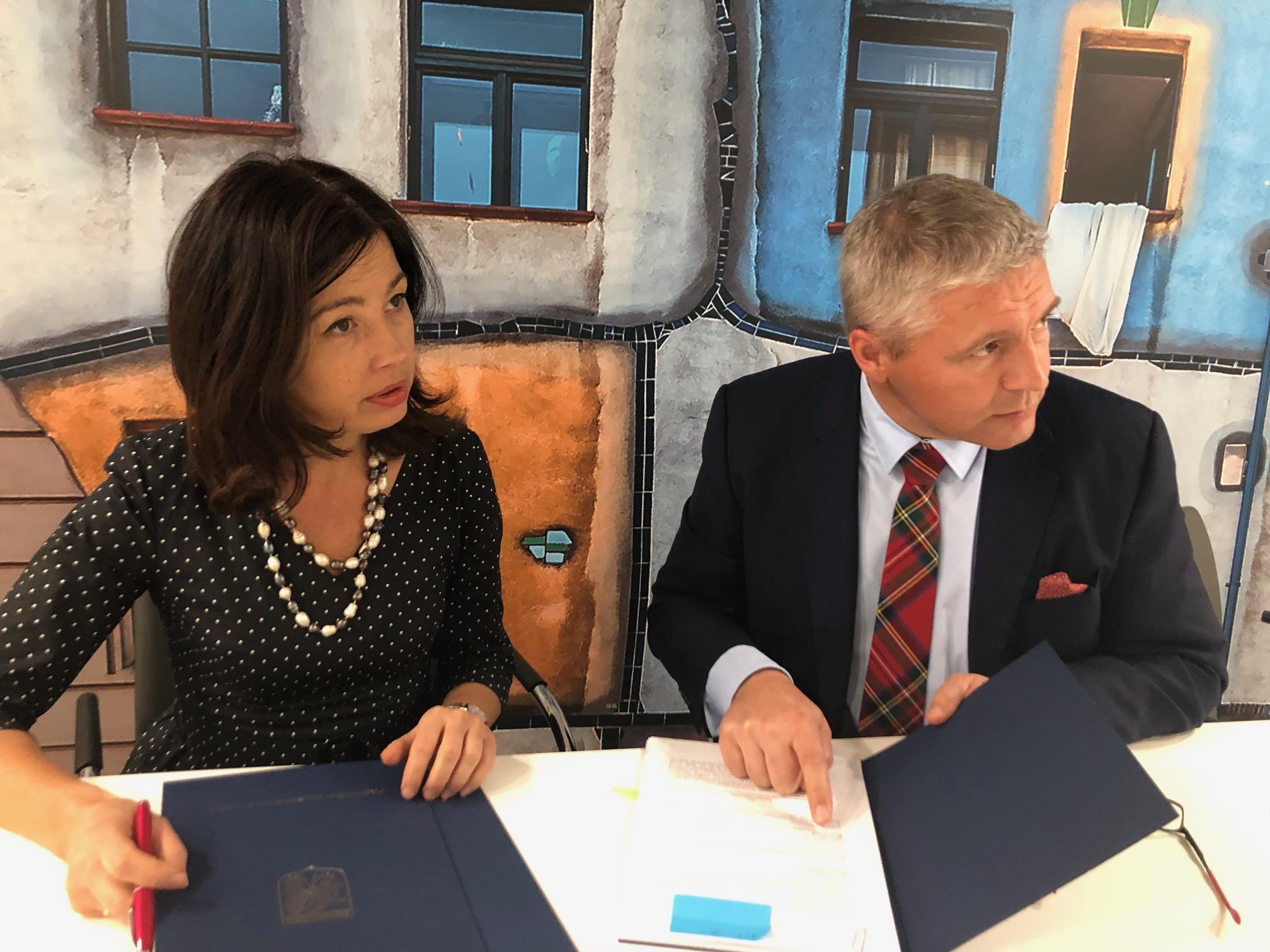 Umowę na ubezpieczenie ryzyk budowy CAR w imieniu miasta podpisała Barbara Michalska, zastępca prezydenta Świnoujścia (fot. UMŚ)