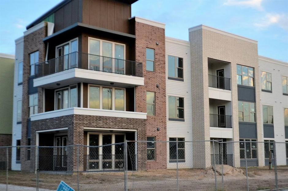 Gminy sprzedają mieszkania na rynku. Liczby idą w tysiące