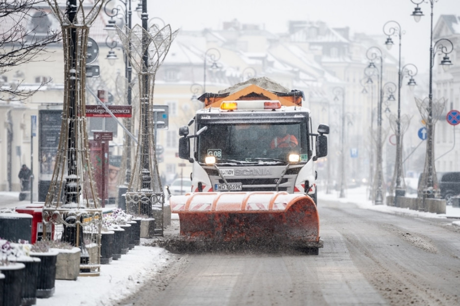 Warszawa: W związku z opadami śniegu posypywarki w gotowości