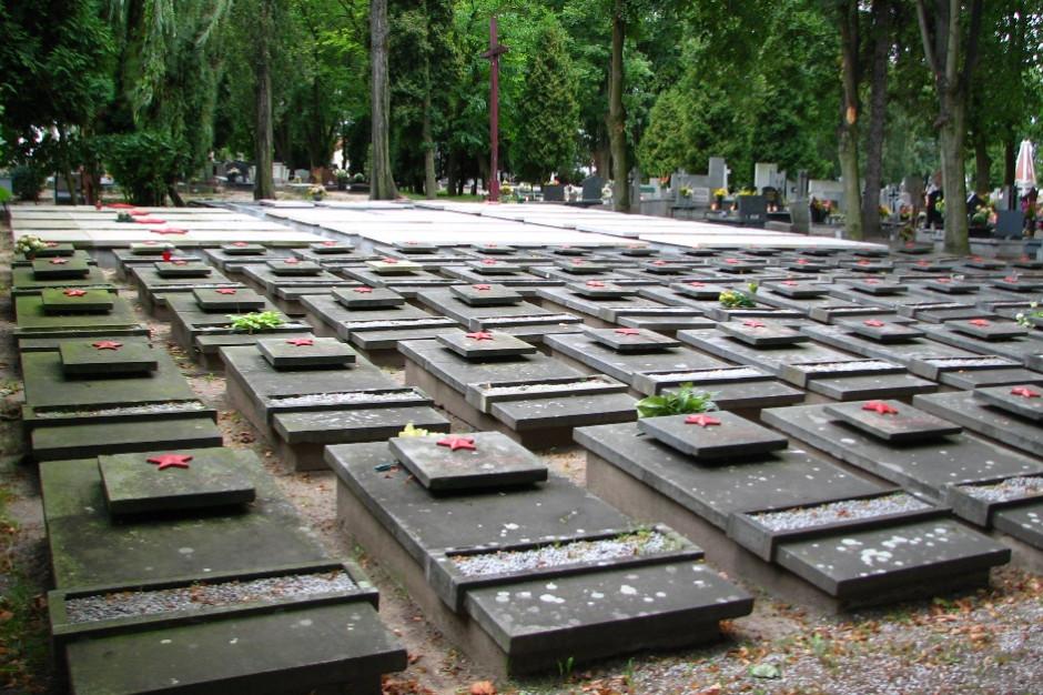 Gniezno: Oczyszczono zdewastowany pomnik żołnierzy radzieckich