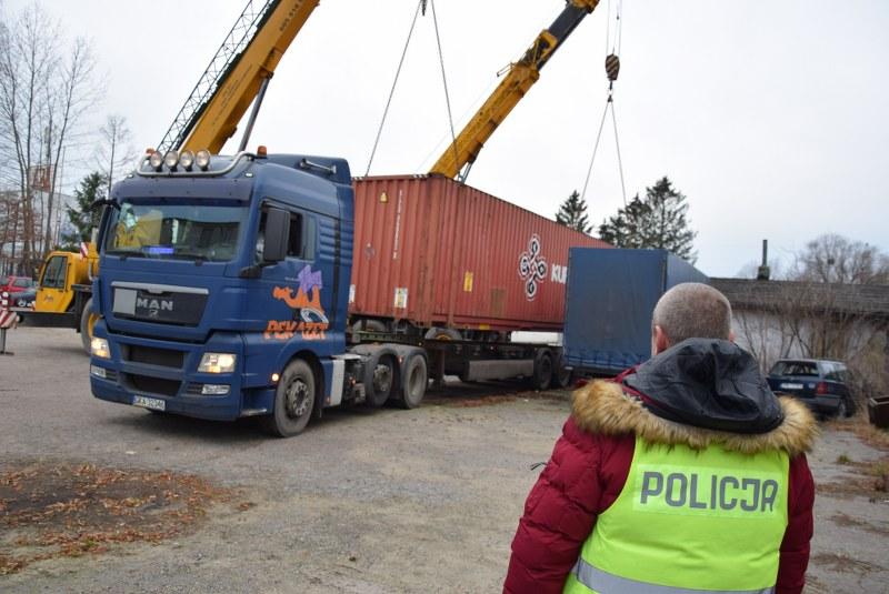 Działania doprowadziły do zatrzymania tira, który wjeżdżał na teren obserwowanej posesji i wiózł brytyjskie odpady (fot. elblag.policja.gov.pl)
