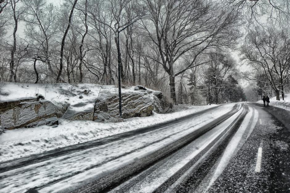 Mżawka, deszcz i śnieg powodują utrudnienia na drogach