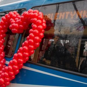 Kraków    Jeżeli nie macie jeszcze pomysłu, gdzie zabrać swoich ukochanych w Walentynki 14 lutego, MPK w Krakowie zaprasza do specjalnego tramwaju. Będzie go można łatwo rozpoznać, bo zostanie ozdobiony czerwonymi balonikami ułożonymi w kształcie serca.   Tramwaj zacznie kursować o 15.00 (o tej godzinie zaplanowano wyjazd z zajezdni tramwajowej Podgórze) i pojedzie ul. Kapelanka, Monte Cassino, Dietla i Starowiślną do centrum miasta.   Do ok. 19.00 tramwaj będzie kursował wokół I Obwodnicy (ul. Dominikańska, pl. Wszystkich Świętych, ul. Franciszkańska, Straszewskiego, Podwale, Dunajewskiego, Basztowa, Westerplatte). Zakochany tramwaj będzie się zatrzymywał na każdym przystanku. Przejazd jest bezpłatny.   O odpowiednią atmosferę w zakochanym tramwaju zadbają Karol Wolski - aktor, komik, konferansjer, wokalista i autor tekstów oraz Agnieszka Mleczko - konferansjerka, animatorka, epizodystka. W tramwaju nie zabraknie także drobnych upominków, które otrzymają zakochani pasażerowie. (fot. MPK Kraków)