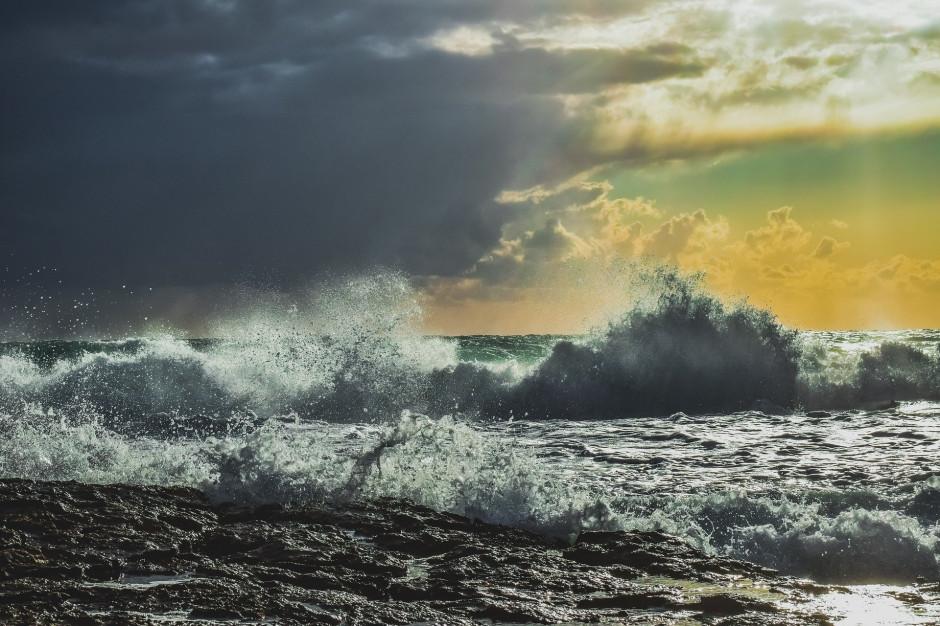 Pomorskie: Silny wiatr i sztorm na Bałtyku