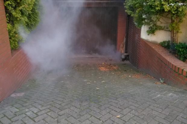 Metoda polega na wtłoczeniu dymu do studzienki kanalizacyjnej na sieci ulicznej, który następnie znajduje ujście w rynnach, jeżeli są podłączone do przewodów sanitarnych (fot. opwik)