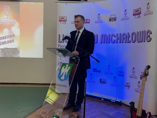 Podczas konferencji w Zespole Szkół w Michałowie samorządowe władze zaprezentowały szczegóły działania pierwszej w Polsce szkoły disco polo, o której dużo się pisało i mówiło w mediach od kilkunastu dni (fot. michalowo.pl)