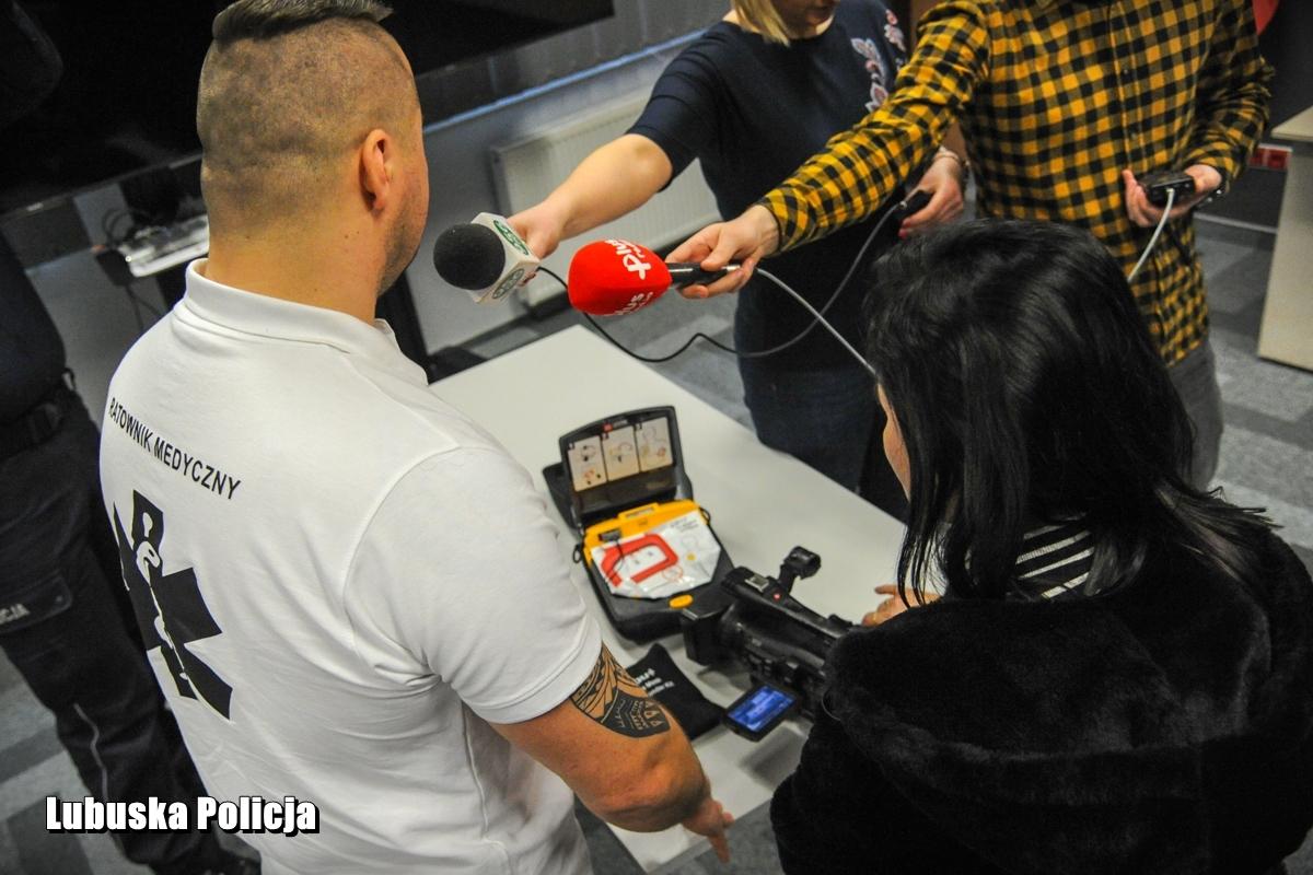 W polskich miastach wprowadza się powoli system szybkiego i pełnego dostępu do defibrylatorów AED, które coraz częściej można spotkać w miejscach publicznych (fot. lubuska.policja.gov.pl)