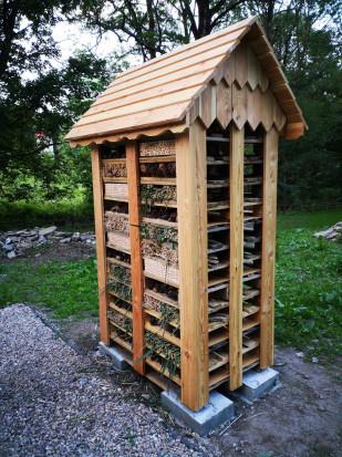 Eleganckie ule są wykonane z trwałego drewna modrzewiowego a w części z palet czyli z materiałów pochodzących z recyklingu (fot. mat.prasowe)