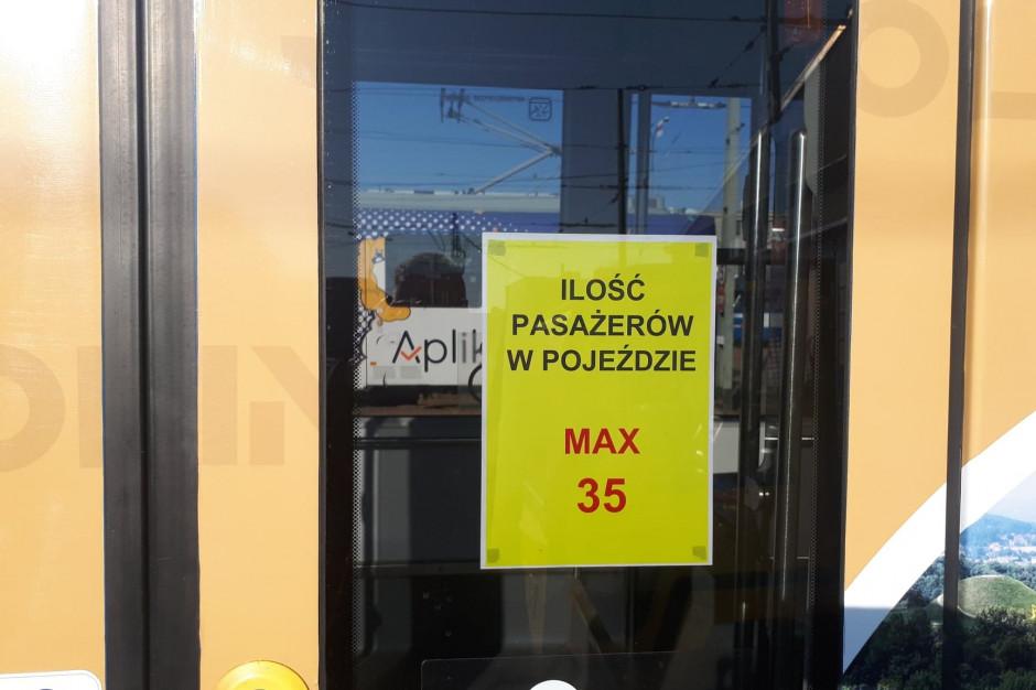 Kraków: Na autobusach i tramwajach pojawiły się naklejki z liczbą dostępnych miejsc