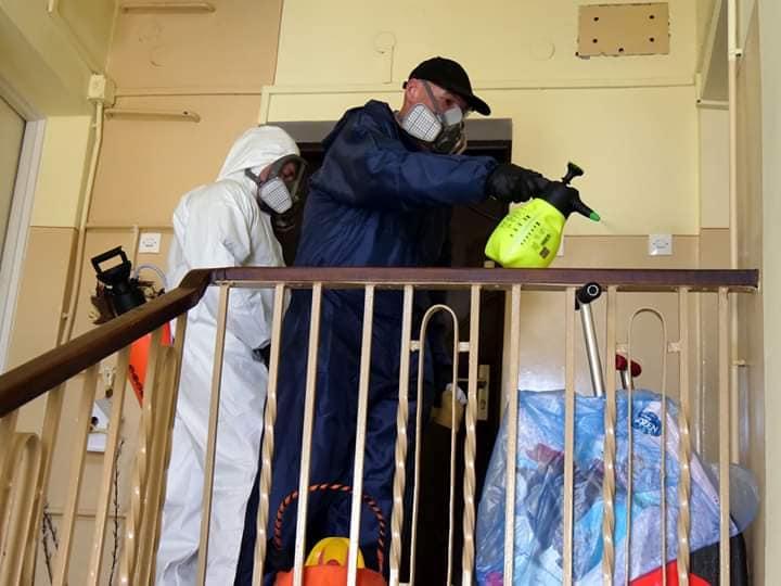 Dezynfekcja klatek schodowych budynków mieszkalnych w Stalowej Woli (Fot. Lucjusz Nadbereżny Facebook)