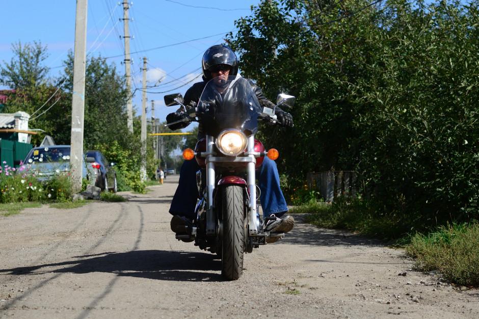 Zakaz przemieszczania się dotyczy też motocyklistów - przypomina policja