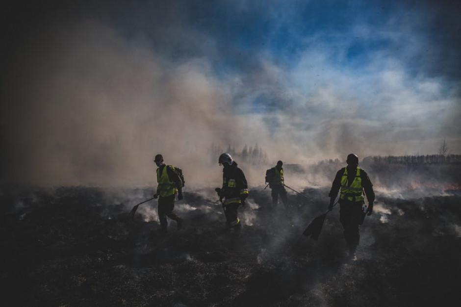 Kilkaset osób, samoloty i śmigłowce nadal w akcji gaszenia pożaru w BPN